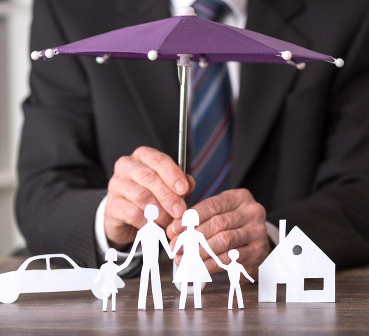 Parabole. Un homme tenant un parapluie miniature pour protéger une famille.